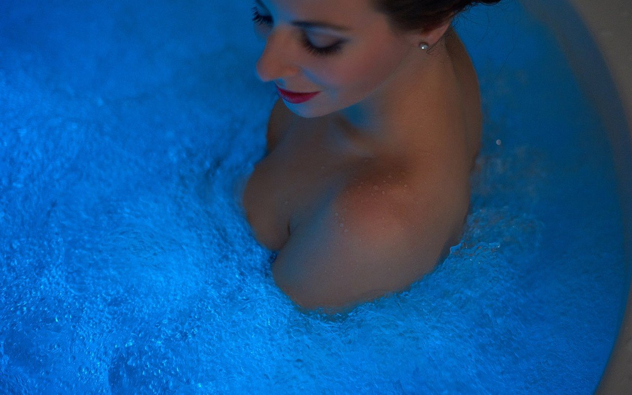 Aquatica pamela wht spa jetted bathtub web 24