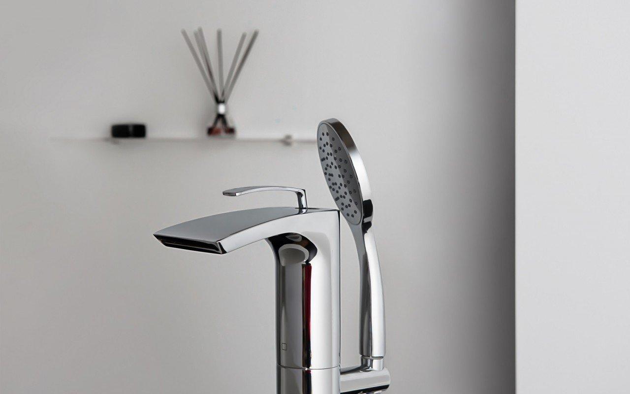 Bollicine Floor Mounted Bath Filler ChromeDSC2875