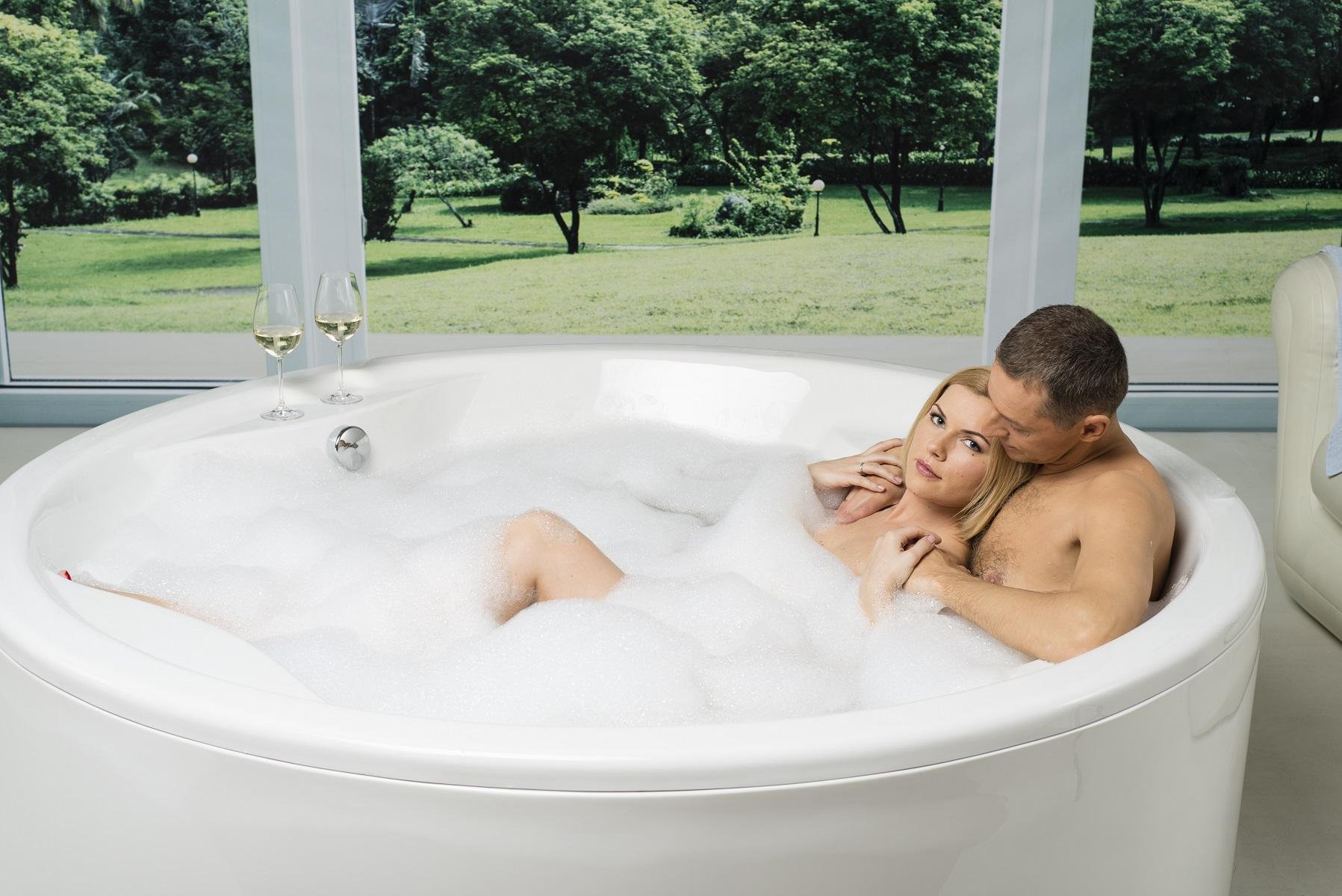 Allegra par aquatica une baignoire autoportante for Baignoire carree encastrable