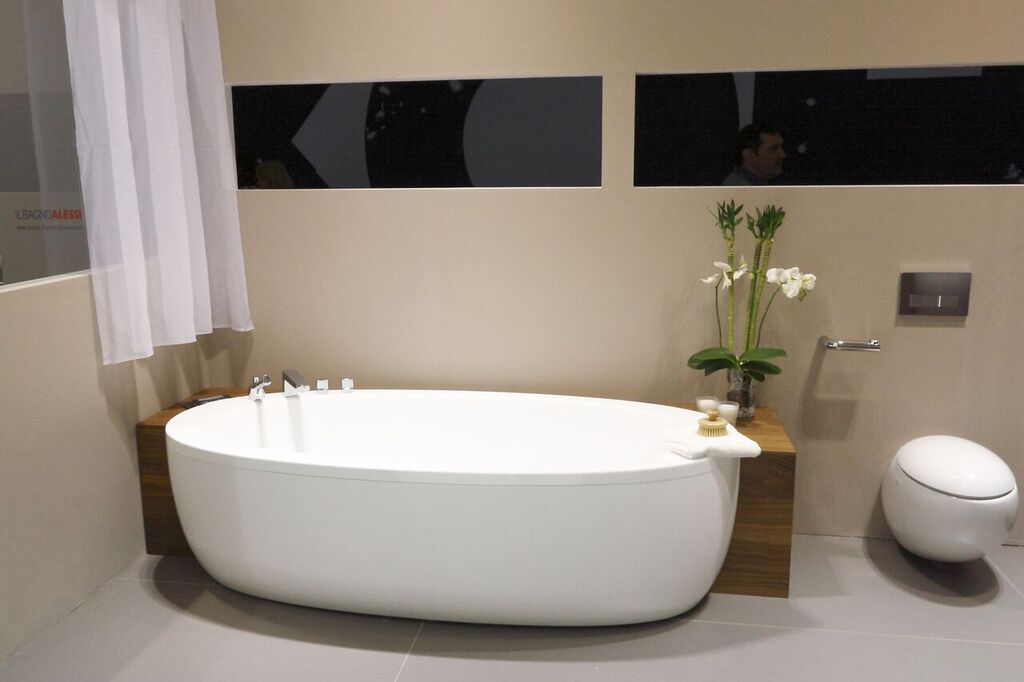 big oval bathtub